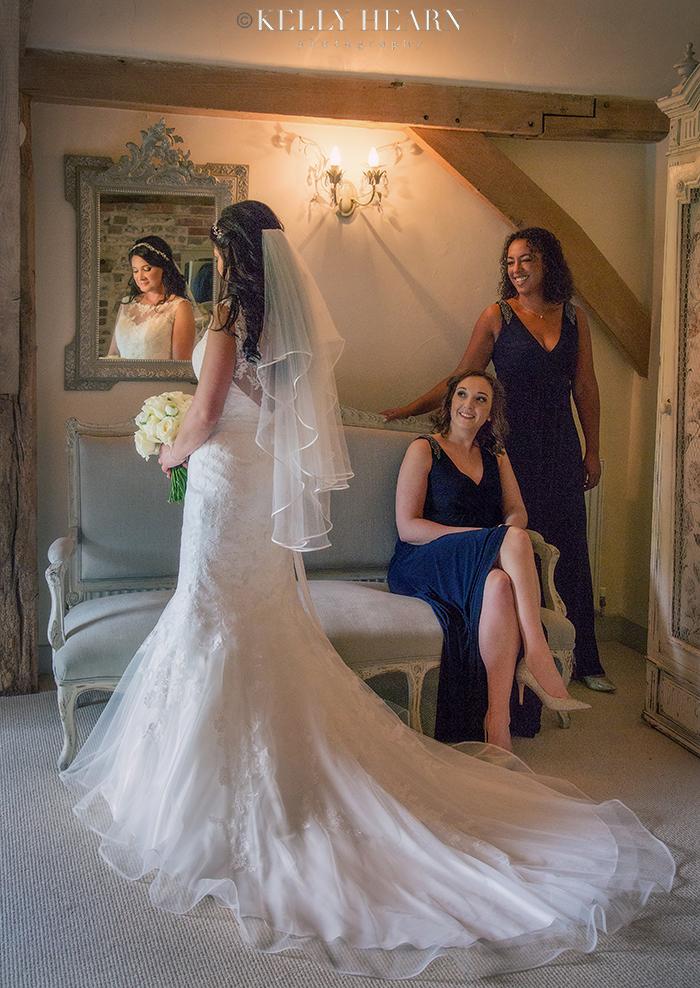 LAW_bride-bridesmaids-in-bridal-suite.jp