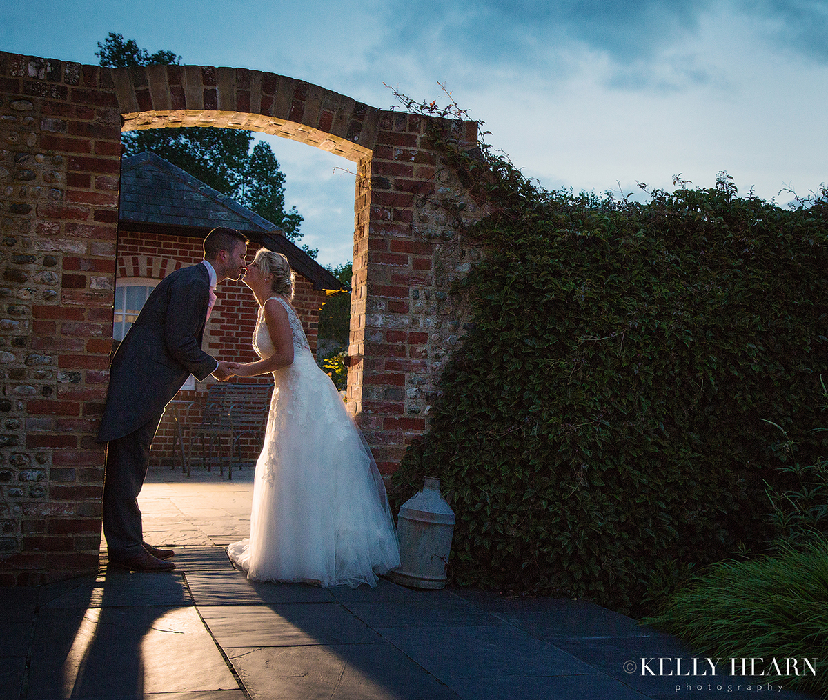 THO_bride-groom-kiss-archway.jpg#asset:2101
