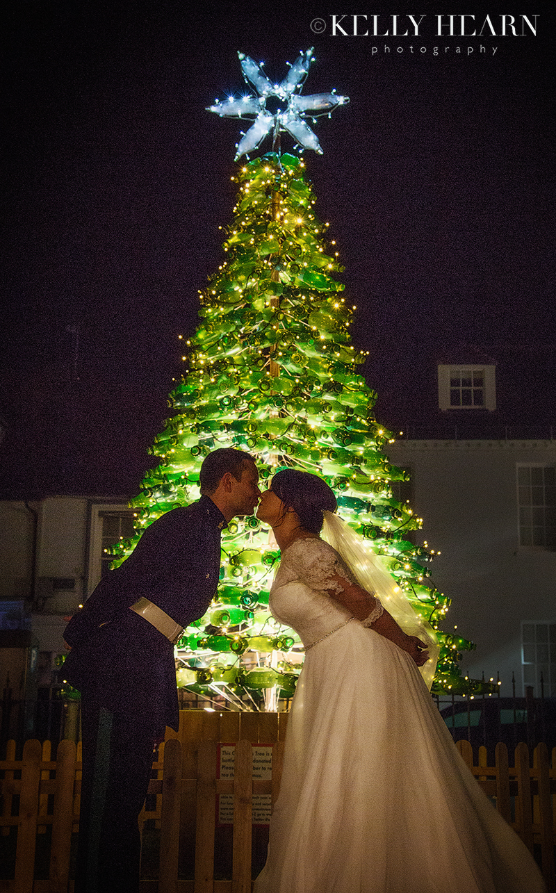 WIC_couple-kiss-christmas-tree.jpg#asset:2408